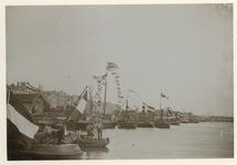 XXXIII-161-b Versierde boten en schepen aan de boompjes bij de Kroningsfeesten die gehouden werden van 31 augustus tot ...