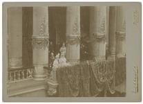 XXXIII-163-04-II Koningin Wilhelmina en koningin Emma op het balkon van het Stadhuis tijdens hun bezoek aan Rotterdam. ...