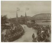 XXXIII-163-11 Bezoek van koningin Wilhelmina en koningin Emma aan de Willemsbrug. Op de voorgrond de koninklijke koets ...