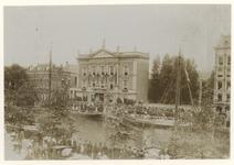 XXXIII-164-3-a Bezoek van koningin Wilhelmina en koningin Emma aan het Erasmiaans Gymnasium, Een menigte van ...