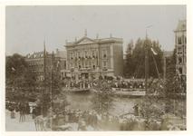 XXXIII-164-3-b Bezoek van koningin Wilhelmina en koningin Emma aan het Erasmiaans Gymnasium, Een menigte van ...