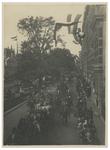 XXXIII-170 Bezoek van koningin Wilhelmina en koningin Emma aan de Schiekade. Zicht op de koets met paarden en de ...