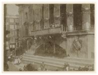 XXXIII-173-1-b Zicht op de onderkant van het versierde Stadhuis tijdens het bezoek van koningin Wilhelmina en koningin ...