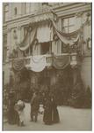 XXXIII-176 Zicht op het balkon van museum Boymans dat versierd is voor het bezoek van koningin Wilhelmina en koningin ...