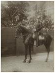 XXXIII-180-5 Erewacht te paard op de straat bij het bezoek van koningin Wilhelmina en koningin Emma aan Rotterdam.
