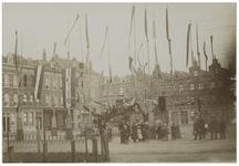 XXXIII-183-1 Het Vredenoordplein versierd ter gelegenheid van het bezoek van koningin Wilhelmina en koningin Emma. Op ...