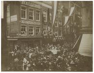 XXXIII-183-a Zicht op de koets van koningin Wilhelmina en koningin Emma tijdens hun bezoek. Aan weerskanten een menigte ...