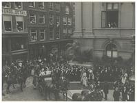 XXXIII-184-2 (I) Vertrek van de koninklijke paardenkoets met koningin Wilhelmina en koningin Emma van het Stadhuis. ...