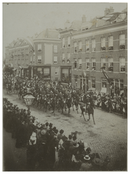 XXXIII-186 Optocht met paarden en ruiters in de Zomerhofstraat bij het bezoek van koningin Wilhelmina en koningin Emma. ...