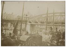 XXXIII-188-1 Aanbieding van bouquettes van het Gymnasium G.B. Polak aan de Nieuwe Haven tijdens het bezoek van koningin ...