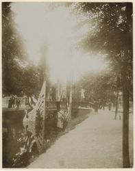 XXXIII-191-01-1 Versierde brug bij de Oudedijk en de Nieuwe Plantage ter gelegenheid van het bezoek van koningin ...
