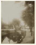 XXXIII-191-01-10 Versierd bruggetje in de Waterloostraat bij het bezoek van koningin Wilhelmina en koningin Emma.