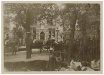 XXXIII-191-01-11 Bezoek van koningin Wilhelmina en koningin Emma aan het Politiebureau aan de Hoflaan in Kralingen. Op ...