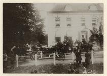 XXXIII-191-01-7 Bezoek van Hare Majesteit de koningin aan het beeld staande aan de Oudedijk, tegenover de Hoflaan. Op ...