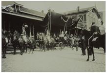 XXXIII-192-1 Paarden met ruiters en een koets erachter bij het Maasstation aan de Wilhelminakade ten tijde van het ...
