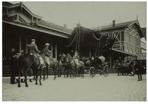 XXXIII-192-2 Paarden met ruiters en een koets erachter bij het Maasstation aan de Wilhelminakade ten tijde van het ...