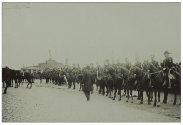 XXXIII-192-3 Vertrek van de koets met paarden ervoor bij het bezoek van koningin Wilhelmina en koningin Emma van het ...