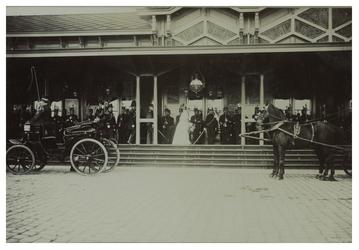XXXIII-192-4 Ruiters te paard opgesteld in formatie tijdens het bezoek van koningin Wilhelmina en koningin Emma van het ...