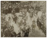 XXXIII-196-1 Bezoek van koningin Wilhelmina en koningin Emma aan de Oranjeboomstraat. Rondom de koets en de paarden een ...
