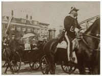 XXXIII-197-1 De koninklijke koets met daarin koningin Wilhelmina en koningin Emma rijdt de Maasbrug op. Zowel aan de ...