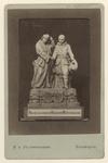 XXXIII-95 In klei geboetseerd standbeeld van Erasmus en Piet Heyn, dat gediend heeft als middenstuk bij de maaltijd die ...