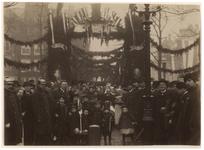 XXXIII-96-1 Versieringen aan de Zeevismarkt ter gelegenheid van de 70ste verjaardag van Koning Willem III, met een ...