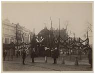 XXXIII-98-3 Versieringen van de Grote Markt, ter ere van 75 jaar onafhankelijkheid in 1888. Op een van de versieringen ...
