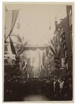 XXXIII-98-5 Versiering van de Westewagenstraat, ter gelegenheid van 75 jaar onafhankelijkheid. Op de voorgrond een ...