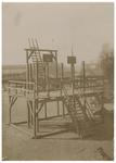 XXXIV-14-01 Het schavot aan de Admiraliteitskade, opgericht om nog eens gefotografeerd te worden ter gelegenheid van de ...