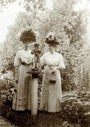 2000-1101-173 Serie van 237 fotokaarten, grotendeels vervaardigd door Louise Laboyrie, huishoudster (pastoorsmeid) bij ...
