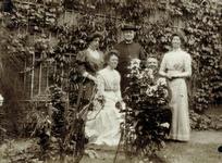 2000-1101-233 Serie van 237 fotokaarten, grotendeels vervaardigd door Louise Laboyrie, huishoudster (pastoorsmeid) bij ...