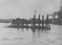 1967-118 De Nieuwe Maas.De laatste overblijfselen van de aanlegsteiger van het veerbootje aan de oude zeedijk.