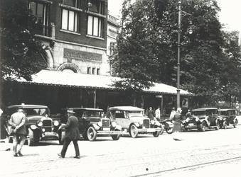 1967-120 Het terras van café-restaurant Caland aan de Coolsingel, met daarvoor geparkeerde auto's.Op de achtergrond ...