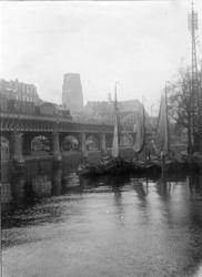 1967-259 De Kolk, links het spoorwegviaduct en het Westnieuwland, op de achtergrond de toren van de Sint-Laurenskerk.Op ...