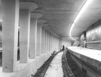 1967-295,-296 Aanleg van de metro onder de Coolsingel.Bouw van station Stadhuis.Van boven naar beneden afgebeeld:- 295: ...