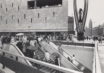 1967-614 De Coolsingel met op de voorgrond de pas in gebruik genomen toegang tot metrostation Beurs en tevens ...
