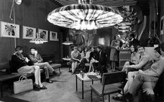 1967-617 Interieur van sociëteit Het Rad voor jonge immigranten. Geëxploiteerd door de Rooms-Katholieke Migratie- ...