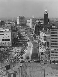 1967-74 De Coolsingel met links de Bijenkorf, rechts het Erasmushuis (HBU-gebouw, Hollandsche Bank-Unie), de Beurs en ...