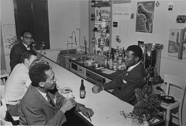 1967-768 Sociëteit voor Antillianen. Interieur met bar op de 1e verdieping van een schoolgebouw aan de Ketenstraat.