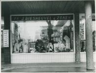 1967-798 Textielwinkel van de firma J. Biesheuvel & Zonen aan de Ossenisseweg.