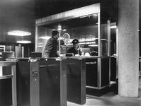 1968-102 Metrostation Stadhuis onder de Coolsingel.Tourniquets bij de ingang.