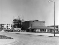 1968-1134 De Immanuëlkapel. Daarachter de bouw van de Immanuëlkerk aan de Berlagestraat.