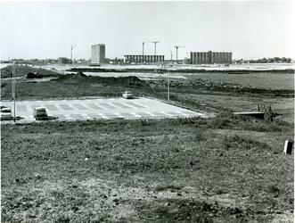 1968-1145 De parkeerplaats aan de Prins Alexanderlaan gezien vanaf het station Rotterdam-Alexander.