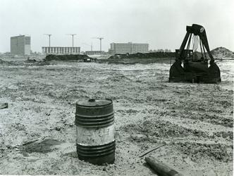 1968-1146 Een machine op bouwgrond, ter hoogte van het station Prins-Alexanderlaan. Op de achtergrond wijk Ommoord.
