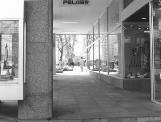 1968-1777,-1778 De Coolsingel.Van boven naar beneden afgebeeld:- 1777: Onderdoorgang bij een kledingwinkel vanaf de ...
