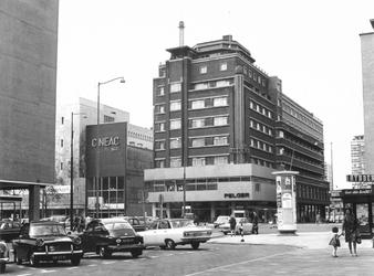 1968-1779 De Coolsingel met van links naar rechts een deel van warenhuis de Bijenkorf, bioscoop Cineac-NRC, hotel ...