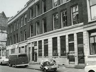 1968-1818 De huizen met nummers 16 t/m 26 in de Oudaenstraat, klaar voor sanering.