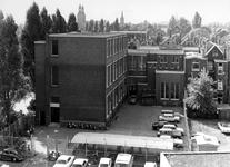 1968-2074 Gezicht op de Gemeentelijke Middelbare school voor de Detailhandel aan het Karel Doormanhof vanuit het gebouw ...