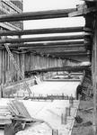 1968-2076 Werkzaamheden in de tunnel onder de Blaak in verband met de aanleg van de metro (lijn Centrum- Oost).Links ...