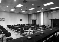 1968-2276 Een zaal in het voormalige Blauwe Zaal - complex van de Beurs, op beursdagen in gebruik als foyer, de deuren ...